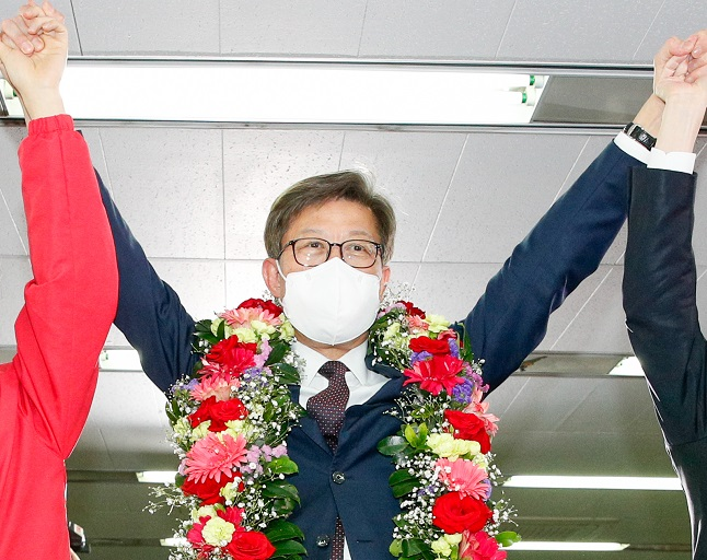 Park Heong-joon, the candidate of the main opposition People Power Party, celebrates at his election office in the southeastern port of Busan on April 7, 2021, after early returns showed he was certain to win the mayoral seat by a landslide. (Yonhap)