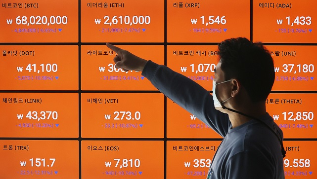 An electronic signboard at the cryptocurrency exchange Bithumb in Seoul on April 20, 2021. (Yonhap)