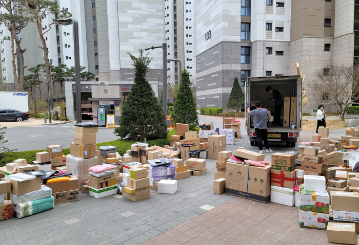 Packages are left near the entrance of an apartment complex in eastern Seoul on April 2, 2021. (Yonhap)