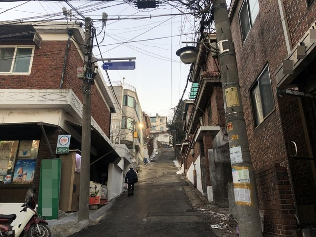 Seoul City Introduces Street Light EV Chargers in Narrow Alleys
