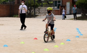 Elementary School Holds 'Bicycle License Tests' for Student Safety