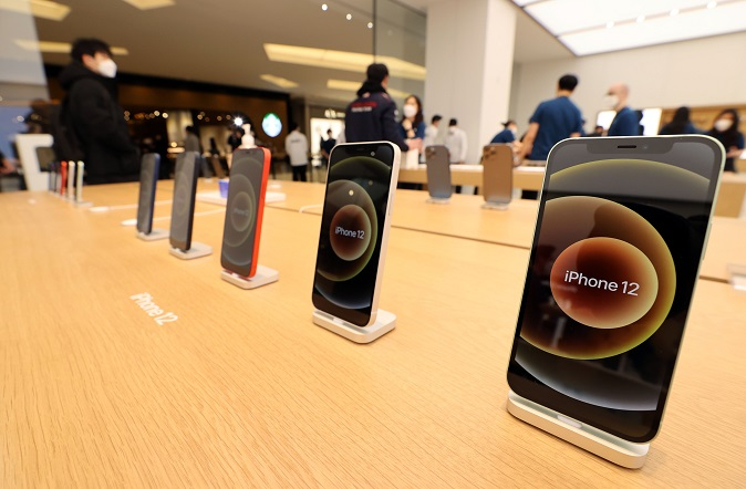 In this file photo taken Feb. 26, 2021, Apple Inc.'s iPhone 12 smartphones are displayed at its second official store in Seoul. (Yonhap)