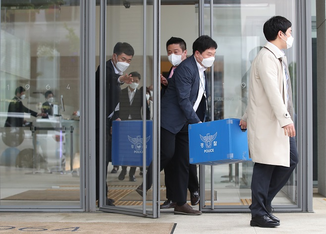Police officers raid the headquarters of Namyang Dairy Product Co. on April 30, 2021, to look into allegations that the dairy company falsely promoted its yogurt drink Bulgaris with misleading claims of antiviral effects against COVID-19. (Yonhap)