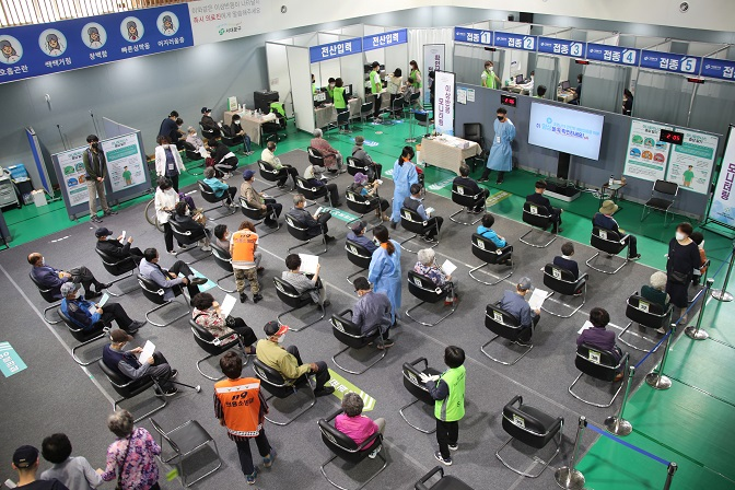 This photo taken May 14, 2021, shows elderly people waiting to see if they have any side effects after getting a coronavirus vaccine at an inoculation center in central Seoul. (Yonhap)