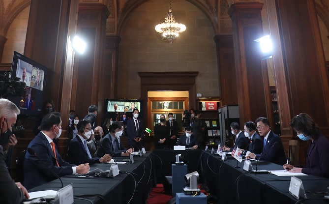 South Korean President Moon Jae-in (2nd from R) speaks during a roundtable meeting with South Korean and U.S. business leaders at the U.S. Department of Commerce in Washington on May 21, 2021. (Yonhap)