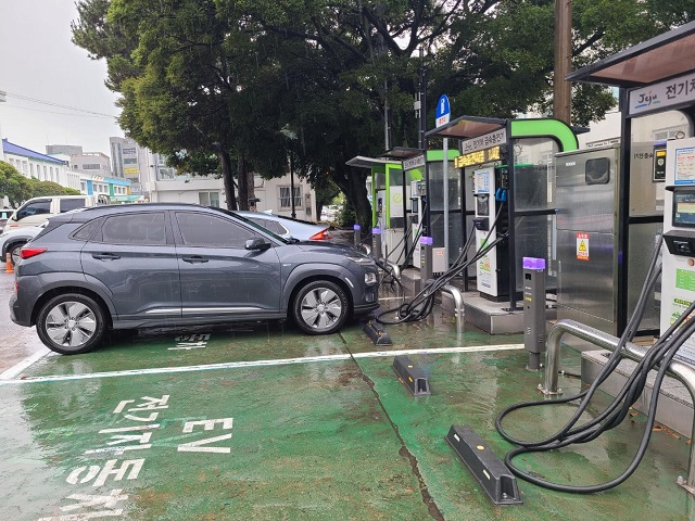 This photo taken on June 15, 2021, shows electric vehicles at a charging station in Jeju Island. (Yonhap)