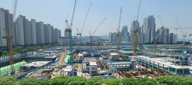 Construction is under way to build a new apartment complex named Raemian One Bailey near the bank of the Han River in the Seocho district on May 17, 2021. (Yonhap)