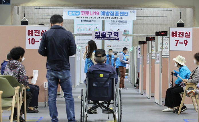 Senior citizens wait to receive COVID-19 shots at a vaccination center in Seoul on May 29, 2021. (Yonhap)