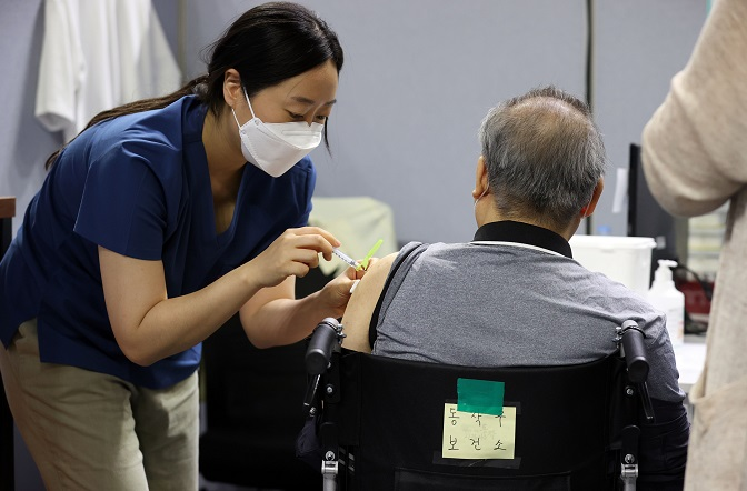 A senior citizen gets a COVID-19 vaccine shot at an inoculation center in Seoul on June 4, 2021. (Yonhap)