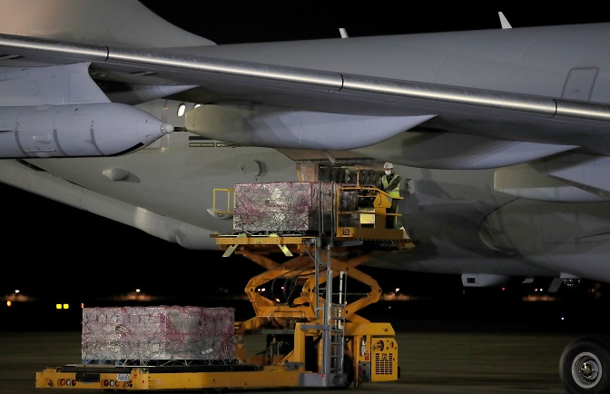 Johnson & Johnson's Janssen COVID-19 vaccines sent by the United States are unloaded from a military plane at Seoul Air Base in Seongnam, south of Seoul, on June 5, 2021. (Pool photo) (Yonhap)
