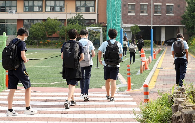 Middle school students go to school in Seoul on June 14, 2021. (Yonhap)