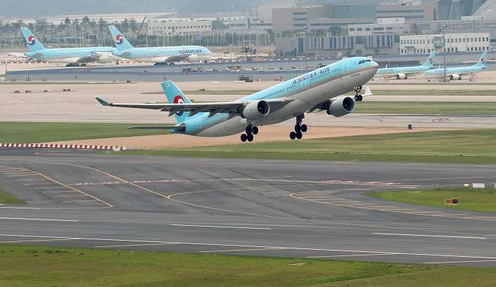 A Korean Air Co.'s flight takes off from Incheon International Airport, South Korea's main gateway, on June 17, 2021, in this file photo. (Yonhap)