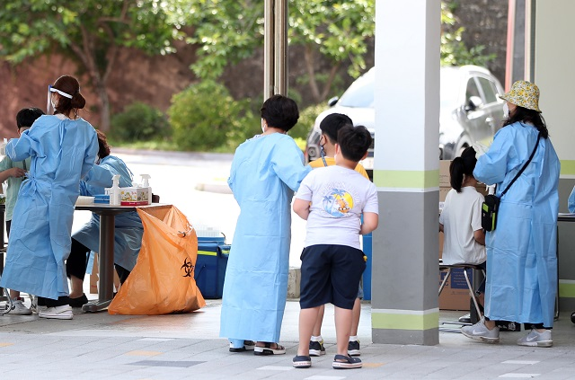 Children are being tested for COVID-19 in an elementary school in Chuncheon, Gangwon Province, on June 22, 2021. (Yonhap)