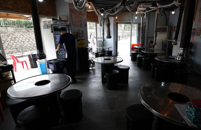 A restaurant owner prepares to open for business in Seoul on July 11, 2021. (Yonhap)
