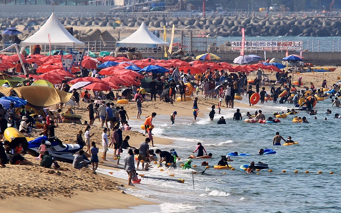 Influx of Vacationers to Beaches, Mountains Feared to Fuel Spread of COVID-19