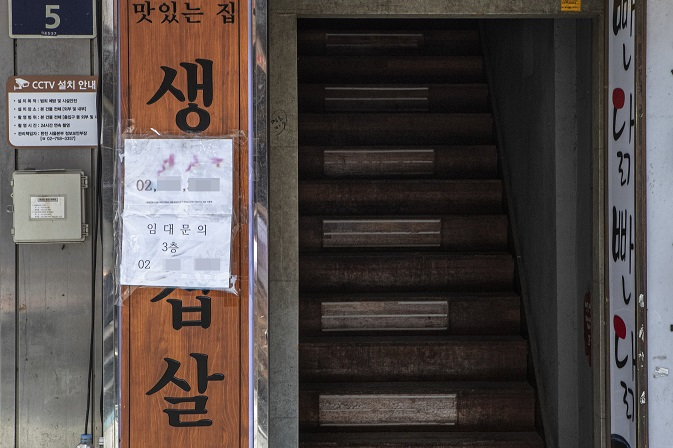 A Korean restaurant in Myeongdong has a for lease sign on July 14, 2021. (Yonhap)