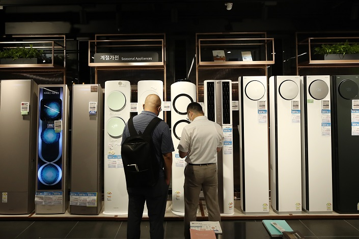 This file photo taken July 15, 2021, shows air conditioners displayed at an electronics shop in Seoul. (Yonhap)