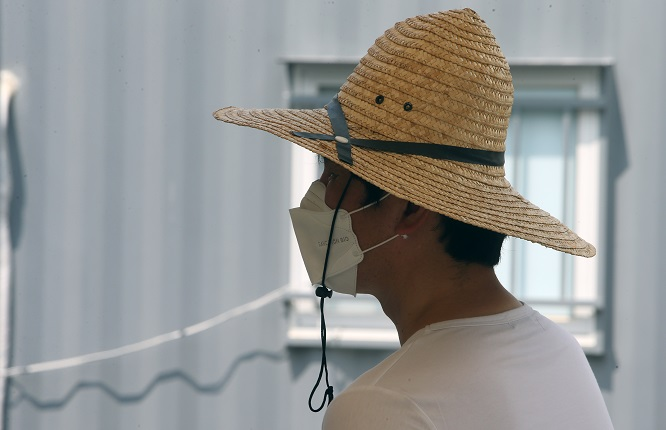 Demand for Hats with Wide Brims Up Sharply amid Prolonged Heat Wave
