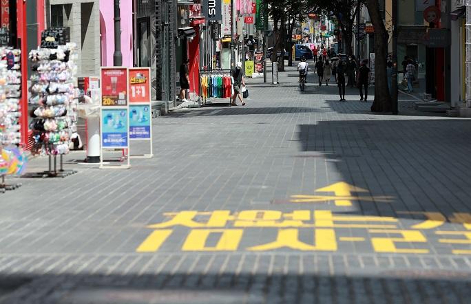Few people walk down the main street of Myeongdong in downtown Seoul on July 18, 2021. (Yonhap)