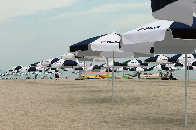 Gyeongpo Beach, one of South Korea's most popular summer holiday destinations in the east coastal city of Gangneung, is quiet on July 24, 2021, amid the city's toughest social distancing restrictions to curb COVID-19. (Yonhap)