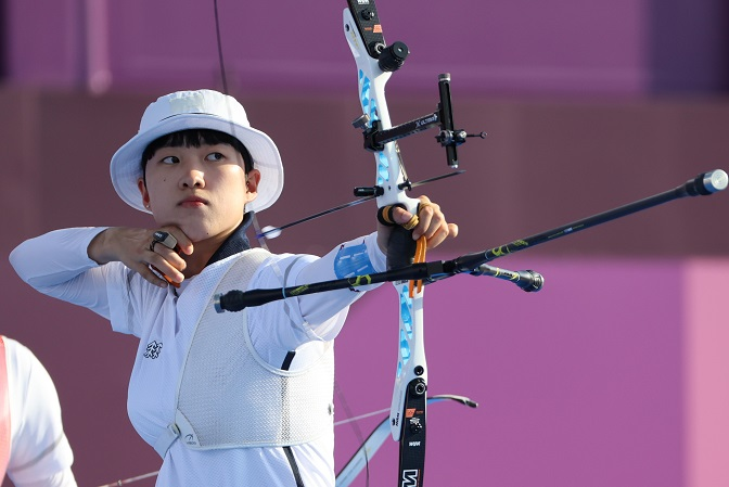 An San of South Korea shoots an arrow during the final of the women's archery team event at the Tokyo Olympics at Yumenoshima Park Archery Field in Tokyo on July 25, 2021. (Yonhap)