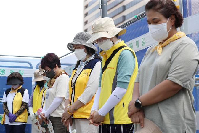 Family members of the victims of the Sewol ferry disaster observe a moment a silence during a press conference held outside a Sewol memorial hall at Gwanghwamun Square in Seoul on July 27, 2021. (Yonhap)