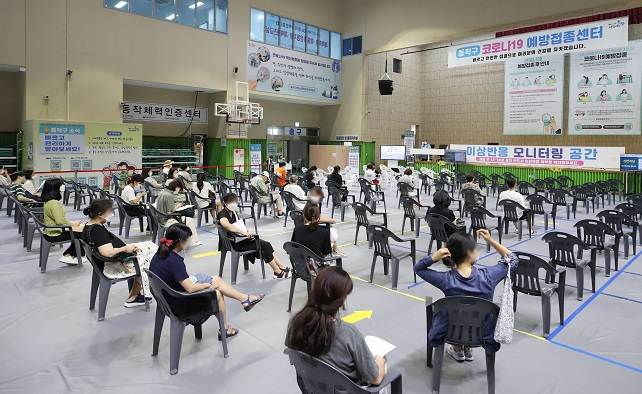 People are monitored for side effects after receiving their COVID-19 vaccinations at a makeshift vaccination center in Seoul's southern Dongjak Ward on July 29, 2021. (Yonhap)
