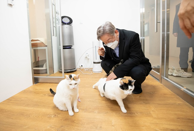 Presidential Hopefuls Compete to Win Hearts of Pet Owners