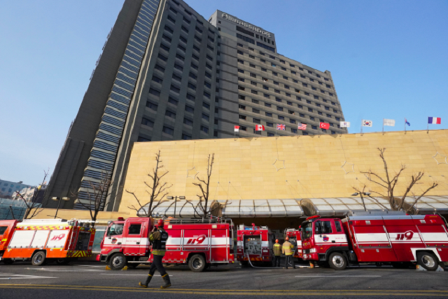 Fire trucks are lined up outside the Grand Ambassador Seoul hotel on Jan. 26, 2020, after an early morning fire forced 600 guests and hotel employees to evacuate the building. No serious injuries were reported. (Yonhap)