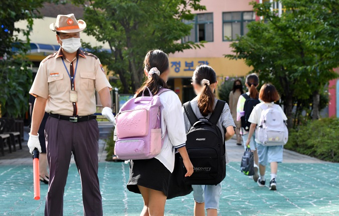 Elementary school kids go to school in Seoul on Aug. 17, 2021. (Yonhap)