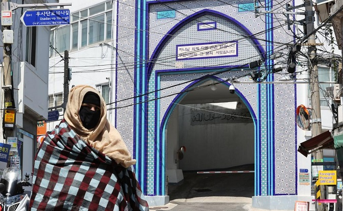 A Muslim woman walks on a deserted street in front of Seoul Central Masjid, the first mosque in South Korea, on Aug. 19, 2021, following reports that the Afghan capital of Kabul has been taken over by the Taliban. (Yonhap)