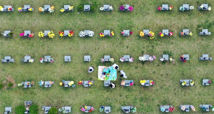 Family members visit the grave of their loved one in the southwestern city of Gwangju during the Chuseok, the equivalent of Thanksgiving, on Sept. 21, 2021. (Yonhap)