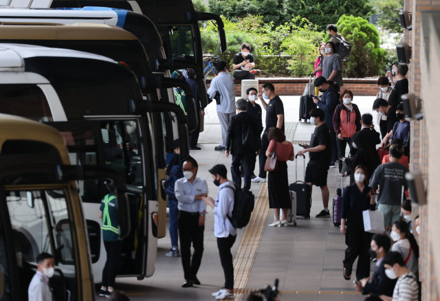 Passengers prepare to board buses at Gangnam Express Bus Terminal in southern Seoul on Sept. 17, 2021. (Yonhap)