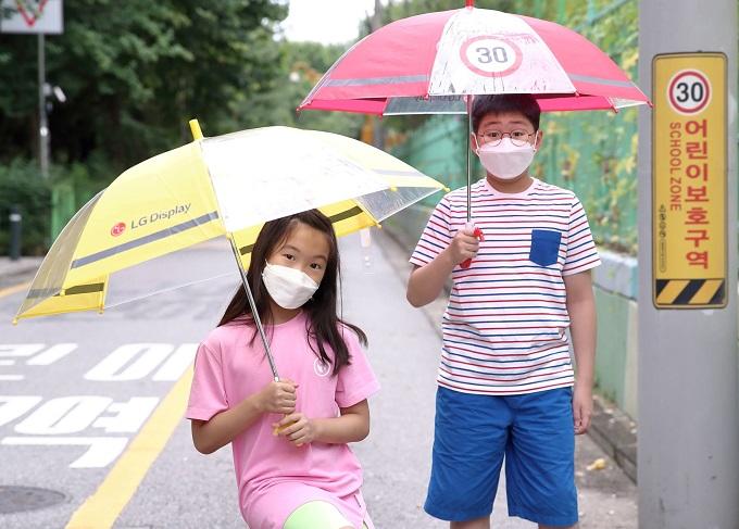 LG Display Distributes Transparent Safety Umbrellas to Children