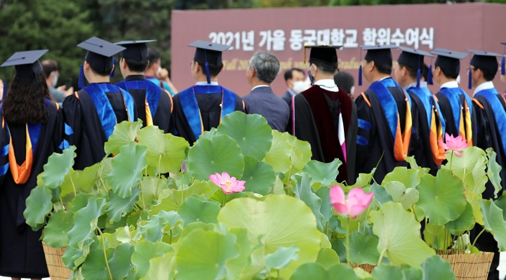 This Aug. 19, 2021, file photo shows a graduation ceremony at Dongguk University in Seoul. (Yonhap)