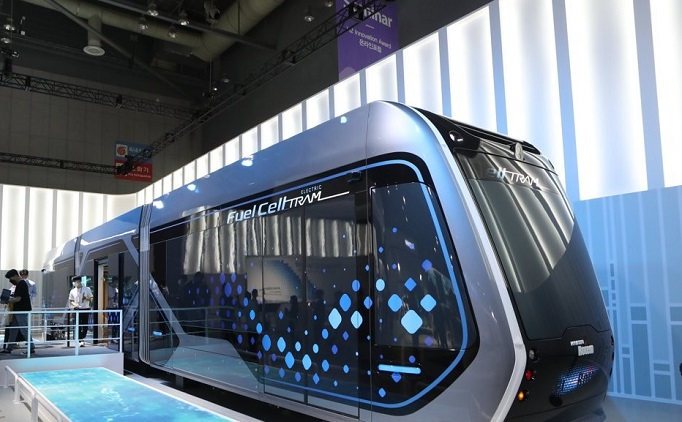 Visitors look at Hyundai Motor Co.'s hydrogen fuel cell tram during the H2 Mobility+Energy Show at the KINTEX convention center in Goyang, northwest of Seoul, on Sept. 8, 2021. (Yonhap)