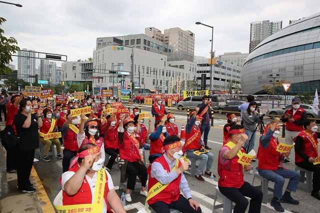 Real estate agents hold a rally in front of the Ministry of Land, Infrastructure and Transport in the administrative city of Sejong on Sept. 8, 2021 in protest of its plan to adopt a new commission cap in October, in this file photo provided by the Korean Association of Realtors. (Yonhap)