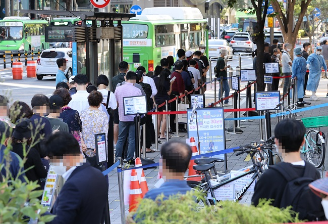 People wait in line to receive virus tests at a COVID-19 testing clinic in Seoul on Sept. 15, 2021. (Yonhap)