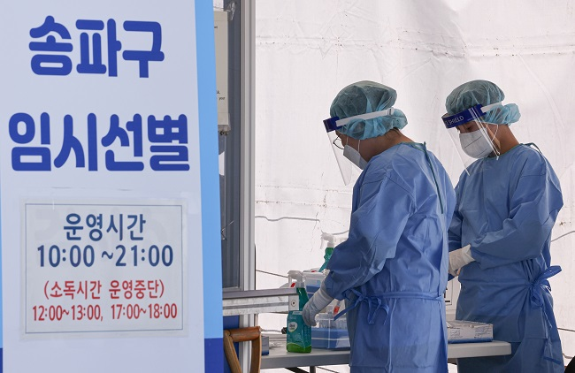 Health workers in protective gear prepare to work at a makeshift COVID-19 testing clinic in Seoul on Sept. 16, 2021. (Yonhap)