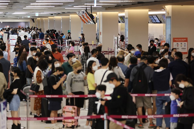 The domestic terminal of Gimpo International Airport in western Seoul is crowded with travelers on Sept. 17, 2021. (Yonhap)