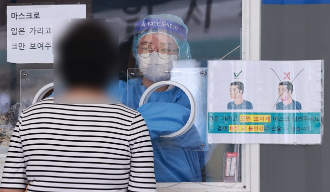 A medical worker conducts a COVID-19 test in Seoul on Sept. 19, 2021. (Yonhap)