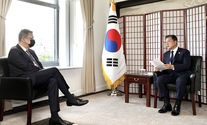 South Korean President Moon Jae-in (R) meets with Albert Bourla, chairman and CEO of Pfizer, at a New York hotel on Sept. 21, 2021. (Yonhap)