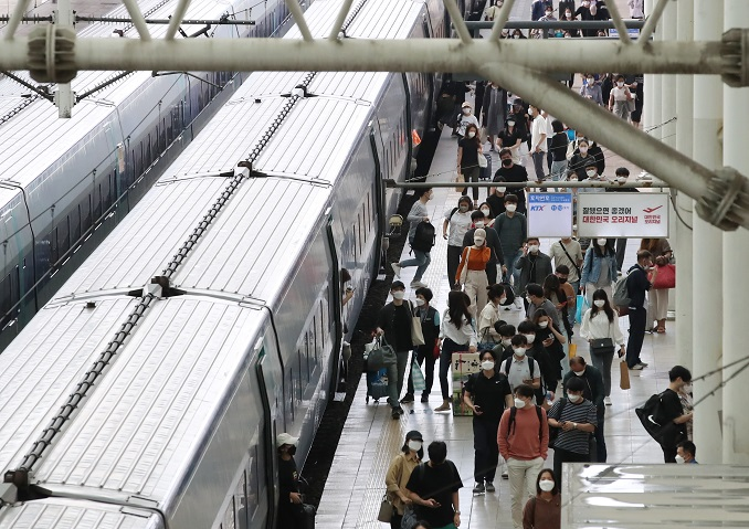 Passengers get off a train in Seoul Station on Sept. 22, 2021, the last day of the Chuseok holiday. (Yonhap)
