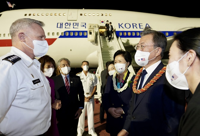 South Korean President Moon Jae-in (2nd from R) is greeted by Adm. John Aquilino, commander of the U.S. Indo-Pacific Command, upon arrival at Hickam Air Force Base in Hawaii on Sept. 21, 2021. (Yonhap)