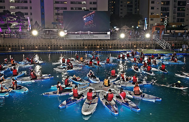 BIFF Offers Movie-watching Experience at Unlikely Place: On Paddleboards