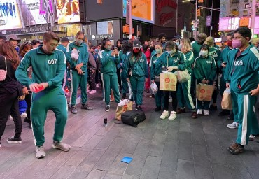 New Yorkers Immerse Themselves in 'Squid Game' Experience