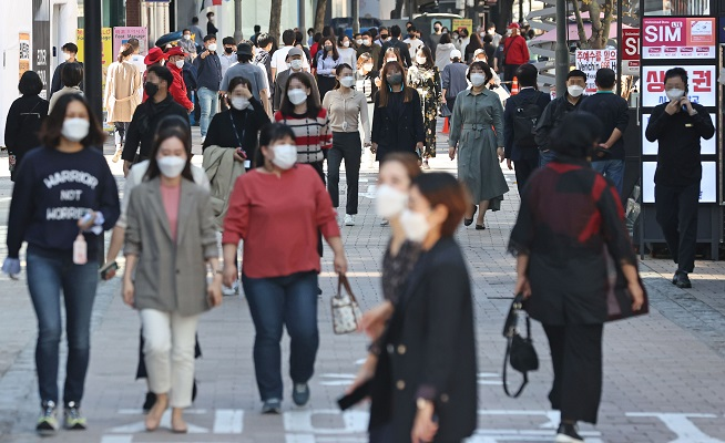 Poll Says 3 in 4 Koreans Support Shift to 'Living with COVID-19′